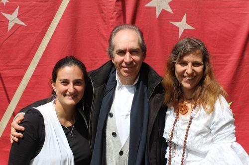 Philippe Bobola entouré par Angélique et Marianna Varady