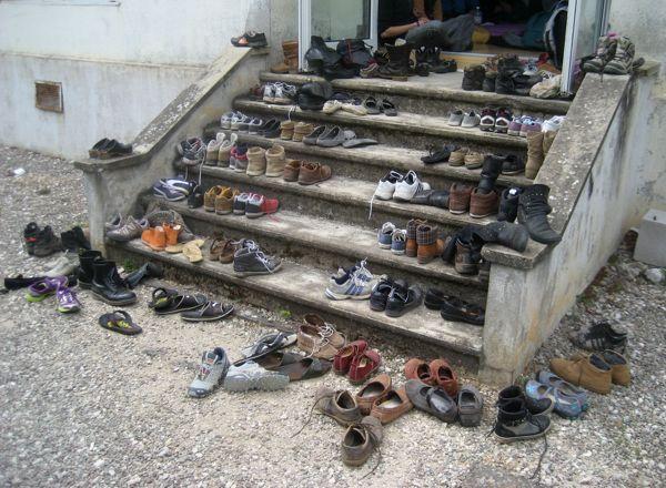 Salle d'attente des chaussures devant l'atelier de Minthé